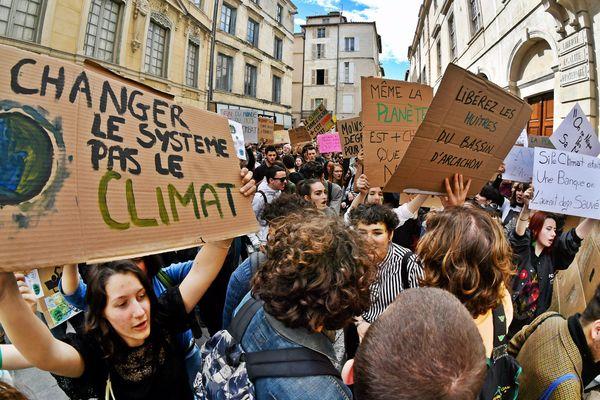 Les jeunes manifestent partout en France et dans le monde pour sauver la planète et limiter le réchauffement climatique.