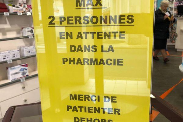 Dans cette pharmacie de Jaunay-Marigny (86), comme dans de nombreux commerces, les clients sont invités à respecter des consignes de distance entre chaque client.