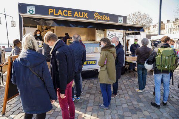 """L'initiative """"Place aux Restos"""" a pour objectif de proposer aux maires de France de mettre à disposition des restaurateurs de leurs communes des places sur les marchés pour leur permettre de vendre des plats à emporter."""