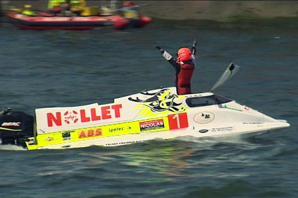 Le  pilote du bateau de classe 1 Team Nollet savoure la victoire