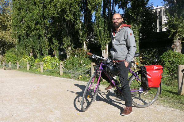 Sébastien Paris a fait du vélo son unique moyen de transport et son métier, comme moniteur de vélo-école.