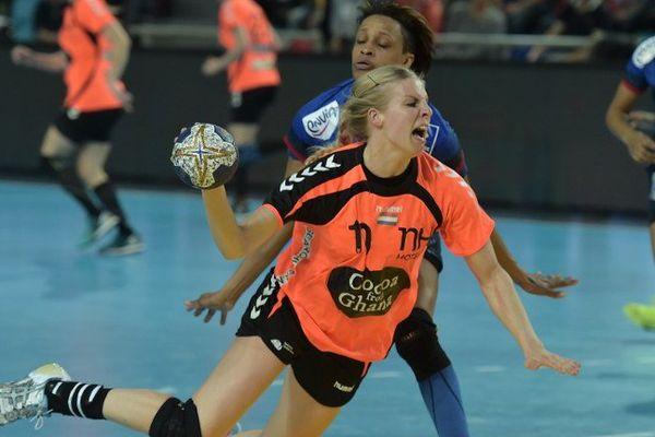 Allison Pineau devancée par la néelandaise Lynn Knippenborg, samedi 18 mars 2016 à Metz (Moselle), lors du match de qualification du tournoi olympique des JO de Rio opposant la France aux Pays-Bas.