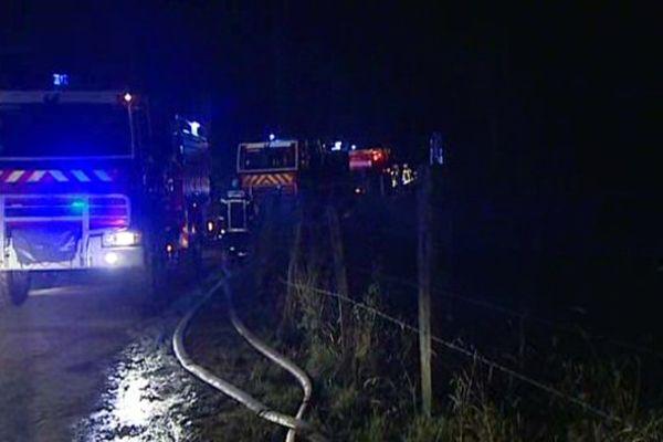 Des pompiers venus de tout le département du Puy-de-Dôme se sont mobilisés toute la nuit du 16 au 17 juillet 2015 pour venir à bout d'un feu de forêt sur les hauteurs de Thiers.