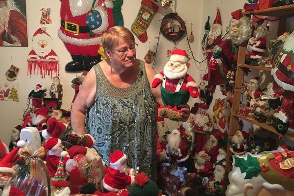 Contrainte de déménager, Annick Scherrer se sépare de sa collection de 3 000 pères Noël.