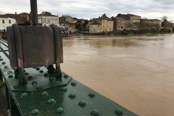Marmande, jeudi matin 4 février. La Garonne toujours très haute, la décrue s'amorce mais très lentement.