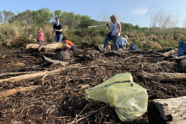 Grâce à l'action de ces volontaires, une soixantaine de kilos d'ordures ne jonchent plus le sol de la pointe du Siège de Ouistreham (Calvados).