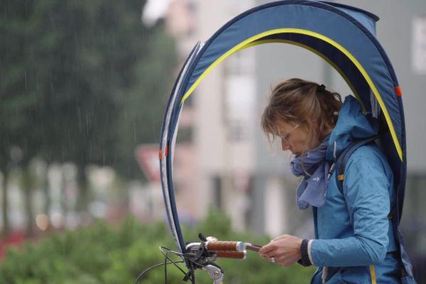 L'entreprise annécienne Rainjoy commercialise des bulles pour protéger les cyclistes des intempéries.
