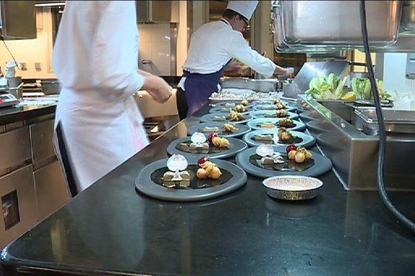 """Dans les cuisines du restaurant """"Le Cinq"""", à Paris."""