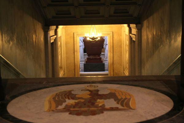 Le tombeau de Napoléon sous la coupole de l'Hôtel des Invalides, à Paris.