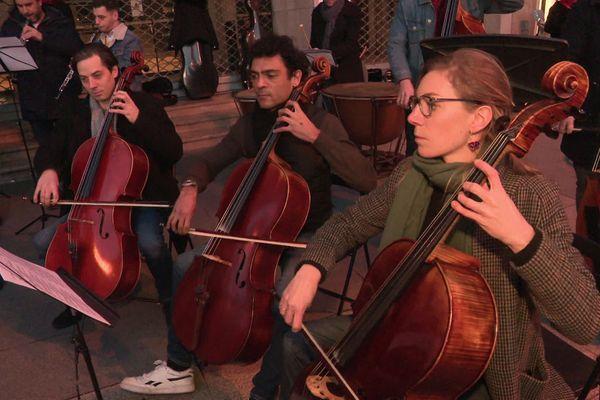 Les musiciens grévistes s'installent devant le théâtre des Arts pour interpréter des airs de Mozart.