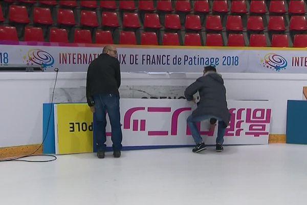 La patinoire de Grenoble se met aux couleurs japonaises. Pour les annonceurs japonais, apparaître pendant une compétition comme celle des Internationaux de Grenoble est un enjeu majeur.