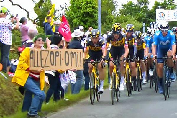 Chute massive lors du Tour de France : la spectatrice à la pancarte devant la justice à Brest