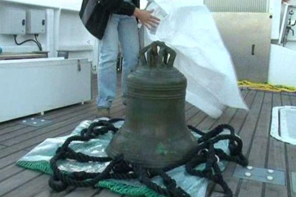 La cloche de 100 kg sur le pont de l'André Malraux