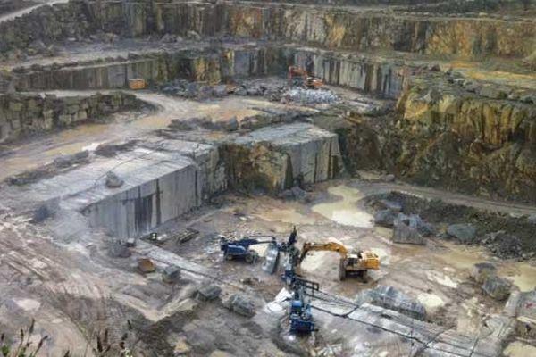 La carrière de granit de la Socal à Lanhelin. Les 25 salariés y extraient 6500 m3 chaque année