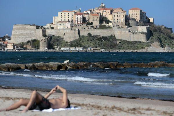 Ce 17 mai, les plages de Corse n'ont pas encore rouvert après le déconfinement. On ignore encore si des touristes du continent pourront venir sur l'île et dans quelles conditions.