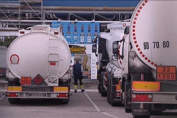 Des dizaines de camions font le plein depuis ce matin au port Edouard Herriot.