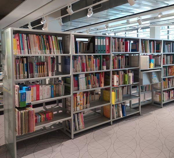 Aménagement des rayonnages de la nouvelle bibliothèque de Tulle qui ouvre le 1er juin 2021.