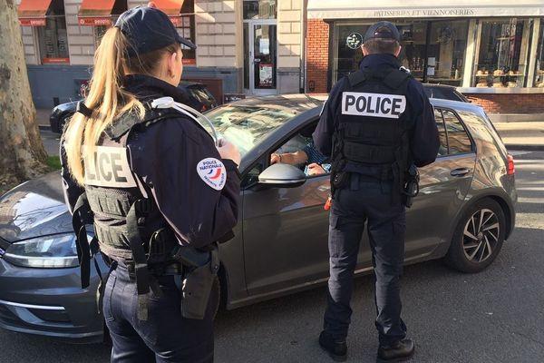 Un contrôle de police, le 18 mars 2020 à Lille.