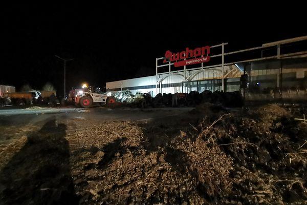 Dès 4h50 ce lundi 22 février, les JA de l'Oise ont déversé de la paille et déposé des pneus devant Auchan à Formerie.