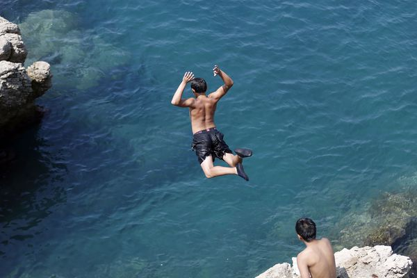 Les plongeoirs artificiels ont été démontés et les amateurs passent par la mer et escaladent les rochers.