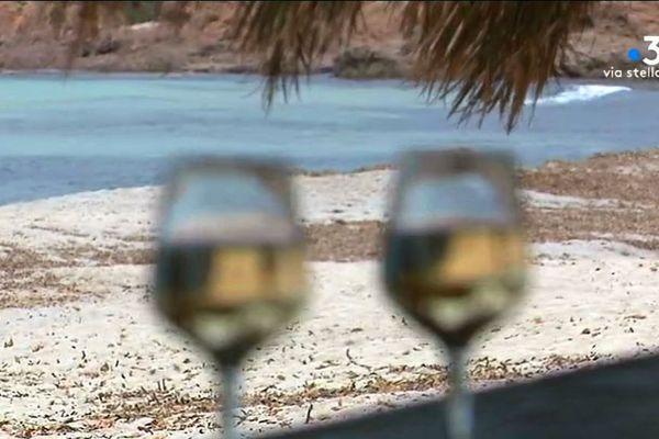A Ajaccio (Corse du Sud), les premières paillotes ont commencé leur saison d'été.