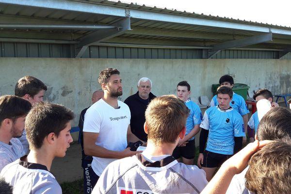 Sacha Valleau, international français, en compagnie des jeunes joueurs corses du rugby à 7