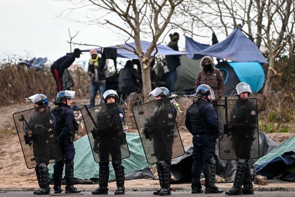 Le 28 novembre 2019, des policiers dans un camp de migrants à Calais.