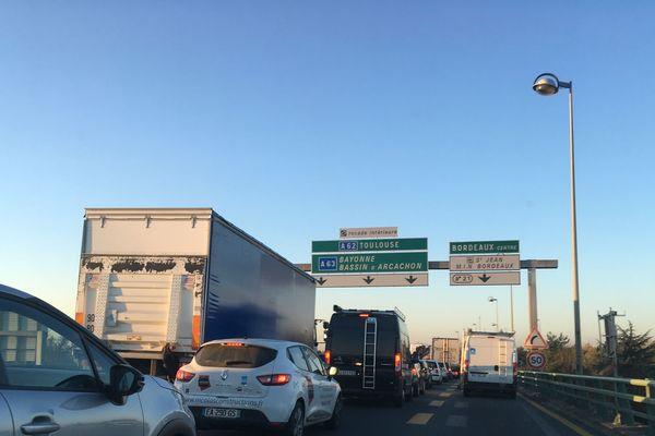 Les voitures roulent au pas du côté du pont Mitterrand sur la rocade de Bordeaux 8 h 45.