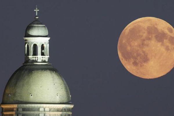 """Une """"super Lune"""" au-dessus de Provins en Seine-et-Marne, en 2014."""