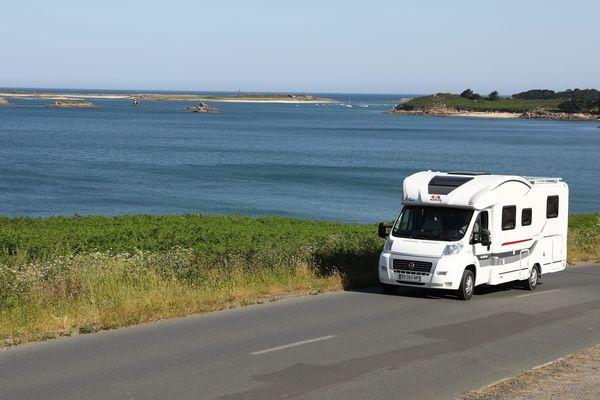 """Pour certains clients de CLC-loisirs en Haute-Marne, le camping-car serait : """"un bon moyen de voyager confinés et à l'abri du covid-19""""."""