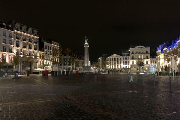 La Grand Place de Lille déserte samedi 17 octobre à 21 heures, lors de la première soirée de couvre-feu pour limiter la propagation de la Covid-19.