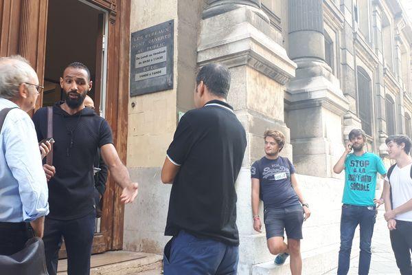 Les représentants de l'intersyndicale devant la préfecture de Marseille avant les négociations concernant la vente six restaurants McDonald's