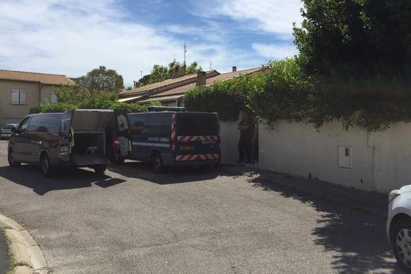 Véhicules de la gendarmerie devant la maison de la victime à Pignan - 23/06/2019