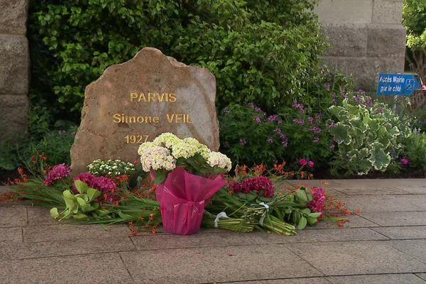 Au lendemain des actes de vandalisme, de nombreux habitants et élus sont venus se recueillir et fleurir la stèle de Simone Veil.