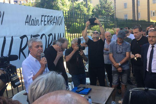 En marge de la session de l'Assemblée de Corse, jeudi 27 juin, le collectif l'Ora di u ritornu et la Ligue des droits de l'Homme se sont rassemblés devant les grilles de la Collectivité de Corse.