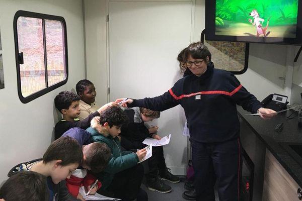 Capitaine Vanessa Godfroy, Chef du service information préventive du SDIS 29 accueille les enfants dans le nouveau bus sécurité