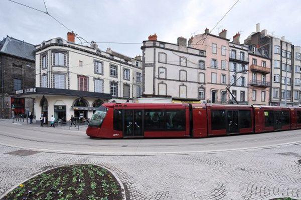 Le tramway de Clermont-Ferrand place Gallard, en 2014.