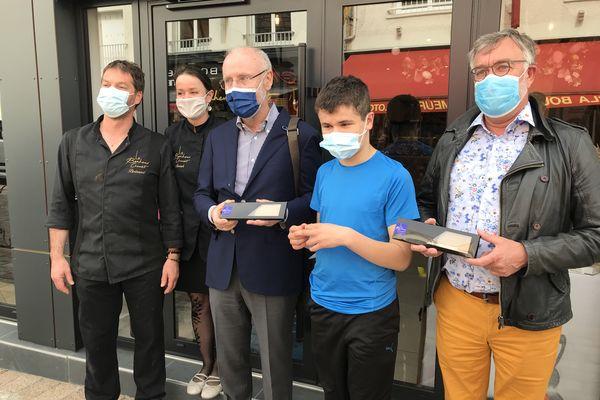 Benoît, jeune chocolatier autiste, a réalisé et offert une tablette dédicacée au maire et au député de Saint-Brévin