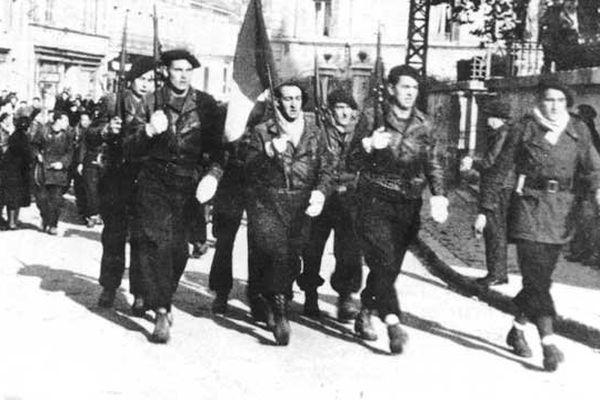 Quelques 200 maquisards ont défilé dans Oyonnax, alors en zone occupée, le 11 novembre 1943. Ici rue Brunet : la garde du drapeau