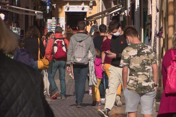 Les ruelles colorées du centre ville de Collioure encore prises d'assaut par les touristes.