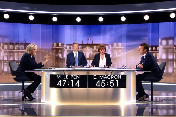 Débat Le Pen-Macron, mercredi 3 mai. Afin d'illustrer son propos sur la nécessité de rester dans l'euro, Emmanuel Macron a pris l'exemple de « l'éleveur du Cantal » ce qui a fait réagir sur les réseaux sociaux.
