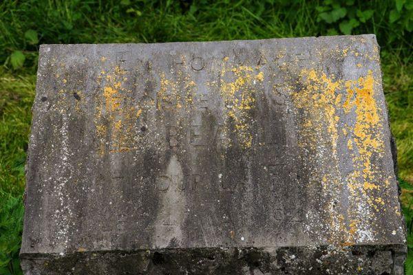 Stèle à la mémoire de Jules Beaulieux dans le jardin du souvenir de Vieux-Condé.