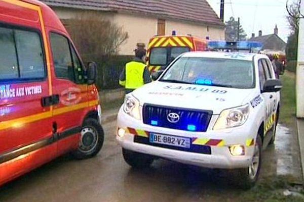 Une dizaine de jeunes femmes ont été légèrement intoxiquées par les fumées lors de l'incendie d'un pavillon situé à Thury, dans l'Yonne, dimanche 1er mars 2015.