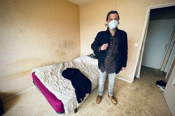 Christophe, 45 ans. Sans emploi. Il a dû quitter son logement précipitamment. Il est depuis l'incendie hébergé à l'hôtel, une solution proposée par le bailleur CDC Habitat.  Aujourd'hui, il est venu récupérer quelques affaires.