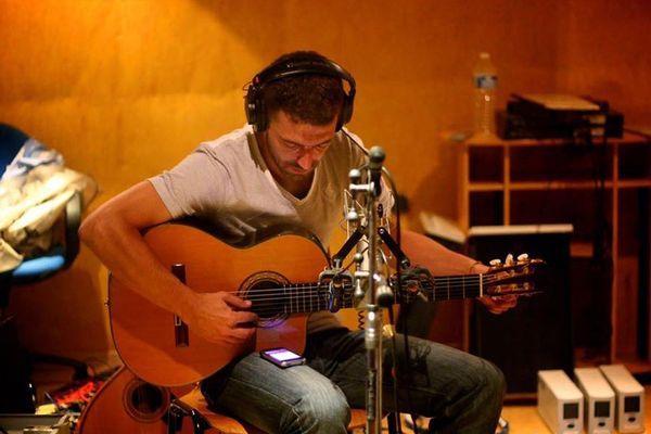 L'auteur, compositeur et interprète Stéphane Ribeiro, alias Elvas au studio Maraboo à Marseille.