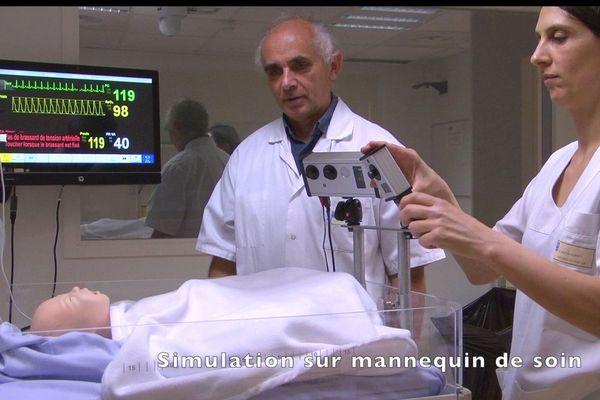 Le docteur Patrick Pradys lors d'un test sur un mannequin