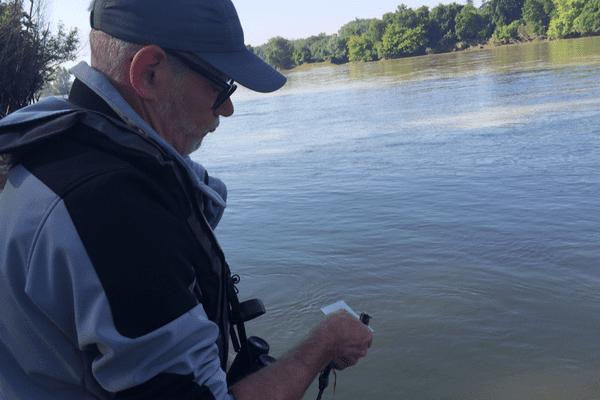 La police de la mer contrôle la plaque d'un pêcheur d'anguilles.