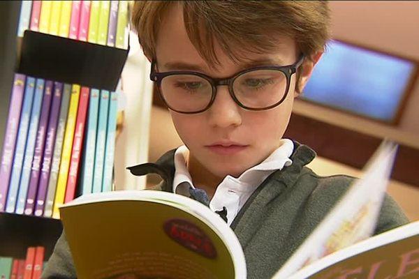 Antoine a écrit un livre sur sa passion, les dinosaures.