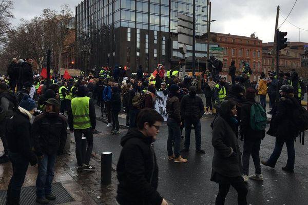 """Les """"gilets jaunes"""" étaient plusieurs milliers à Toulouse ce samedi dont une cinquantaine dans le cortège déclaré en Préfecture."""
