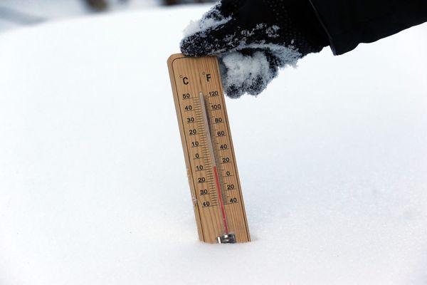Un thermomètre plein de neige - Photo d'illustration